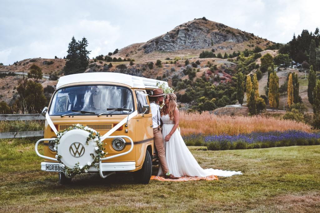 Kombi VW and Wedding Couple
